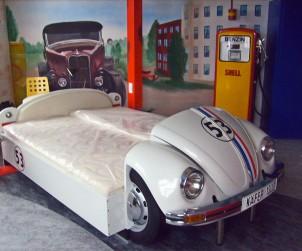 Der gute alte Käfer findet als Doppelbett den Weg ins Schlafzimmer und lässt Enthusiasten von den alten Zeiten träumen. Bildquelle: tdx/automoebeldesign.de