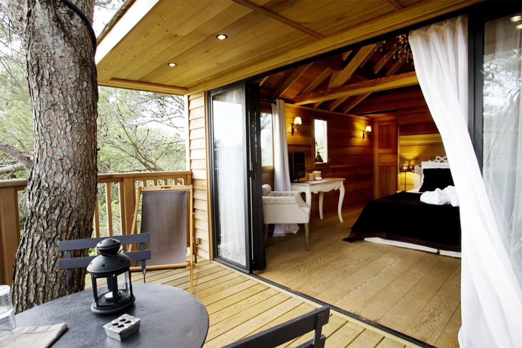 Professionell geplante Baumhäuser werden immer beliebter. Es gibt sie in nahezu allen Designs und Preisklassen – wahlweise inklusive Heizung oder elektrischem Licht. Bild: tdx/baumhaus-paradies.com