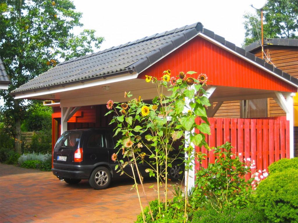 Luftig und schick - so kommen moderne Carports daher, die zwar weniger Schutz bieten, dafür aber deutlich günstiger sind als Garagen. Bild: tdx/BHW Bausparkasse/B. Quappen