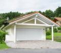 Die Frage muss nicht immer lauten: Carport oder Garage? Eine Kombination aus beidem kann auch eine perfekte Lösung sein. Bild: hausidee.de