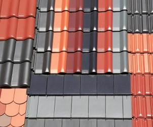 Dachziegel gibt es in vielfältigen Farben, Formaten und Oberflächen. Dass sie zudem extrem langlebig sind, macht sie zu einem der beliebtesten Klassikern auf dem Dach. Bild:  fotolia