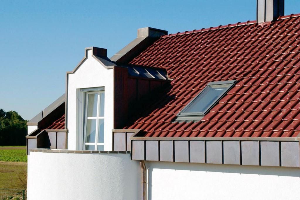 Zu den beliebtesten Standardformen zählt der Flachdachziegel, ein schlichter Falzziegel mit einer Wölbung am Rand. Bild: Koramic Dachprodukte