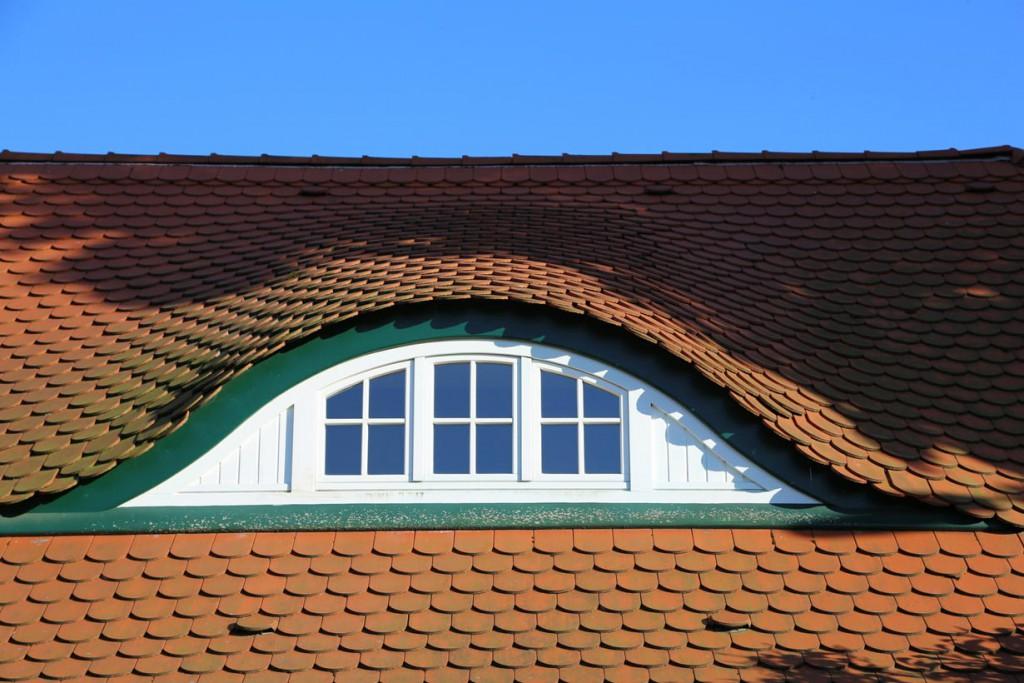 Fledermausgauben sind ein weit verbreitetes Gestaltungselement bei Biberschwanzdächern. Bild: fotolia