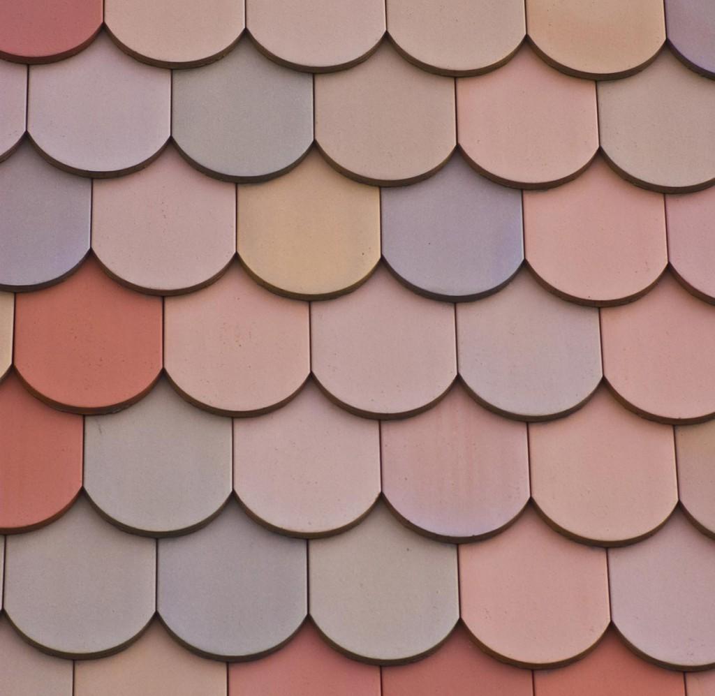 Lebendig und ausdrucksstark – so wirken bunt gedeckte Dachflächen mit Biberschwanzziegeln. Je nach Dachform und architektonischer Stilrichtung des Hauses entstehen so reizvolle Kontraste bzw. eine harmonische Gesamtoptik vom Dach bis zur Fassade. Bild: fotolia