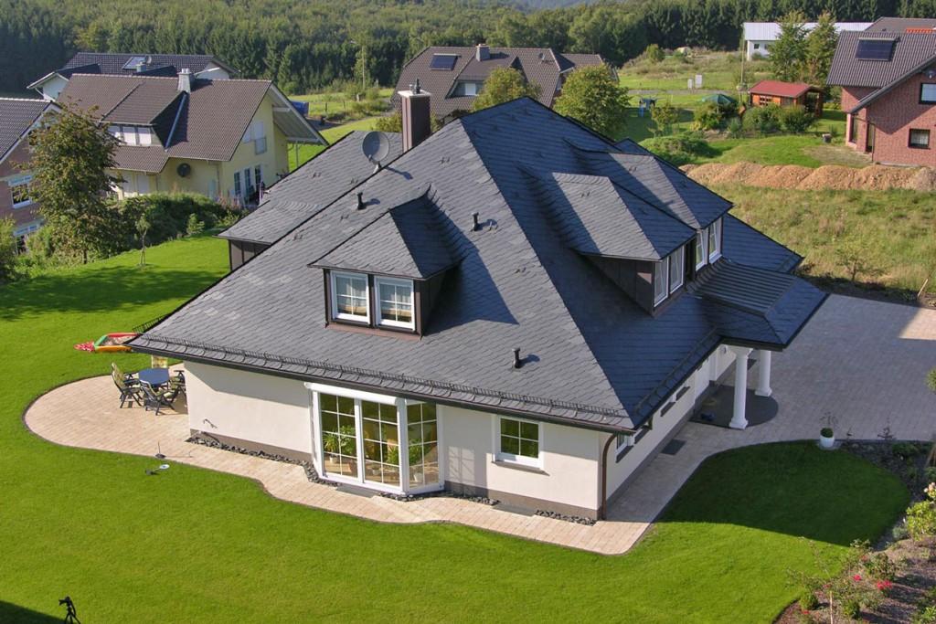 """Mit Schiefer lassen sich echte """"Glanzpunkte"""" auf dem Dach setzen. Das edle Sedimentgestein schimmert in den unterschiedlichsten Farbtönen. Bild: tdx/dach.de"""