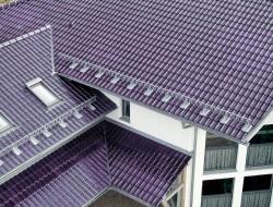 Glasierte Dachziegel sind nicht nur ein optischer Blickfang, sondern überzeugen auch durch ihre hohe Funktionalität. Dank ihrer hochwertigen Glasur sind sie absolut unempfindlich, trotzen jeglichen Umwelteinflüssen. Sie bleiben stets farbecht. Bild: Koramic Dachprodukte