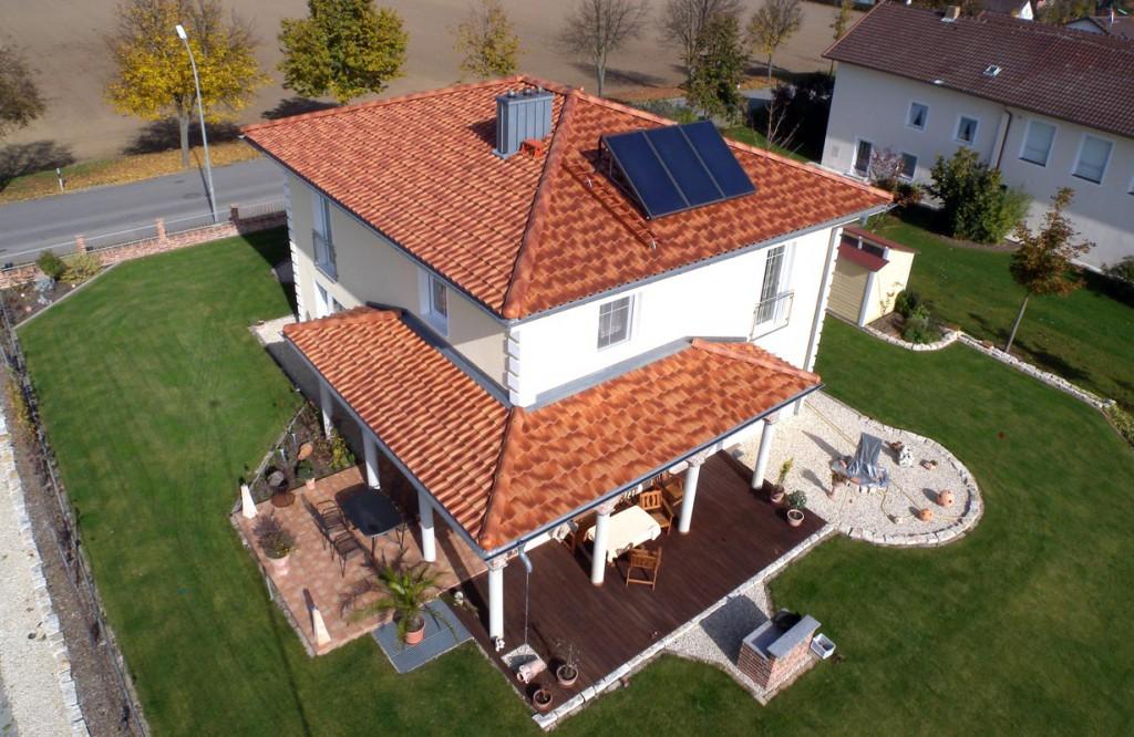 Dachziegel gibt es in vielfältigen Farben, Formaten und Oberflächen. Dass sie zudem extrem langlebig sind, macht sie zu einem der beliebtesten Klassikern auf dem Dach. Bild: hausidee.de