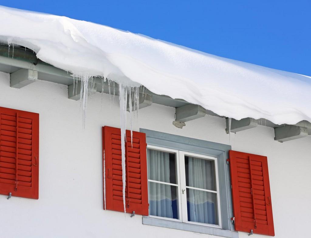 Ohne geeignete Schneefanggitter oder vergleichbare Maßnahmen, droht der Schnee abzurutschen. Bild: fotolia