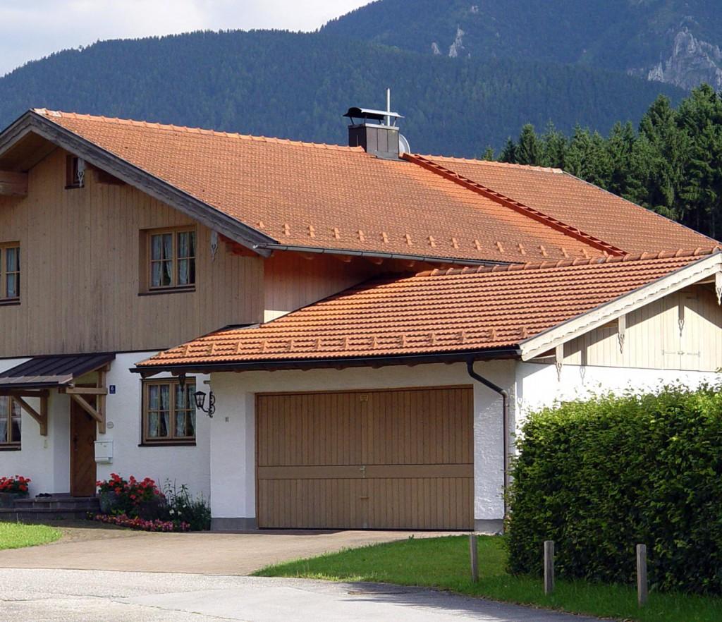 Bei flacher geneigten Dächern genügen auch Schneestopper. Bild: hauidee.de
