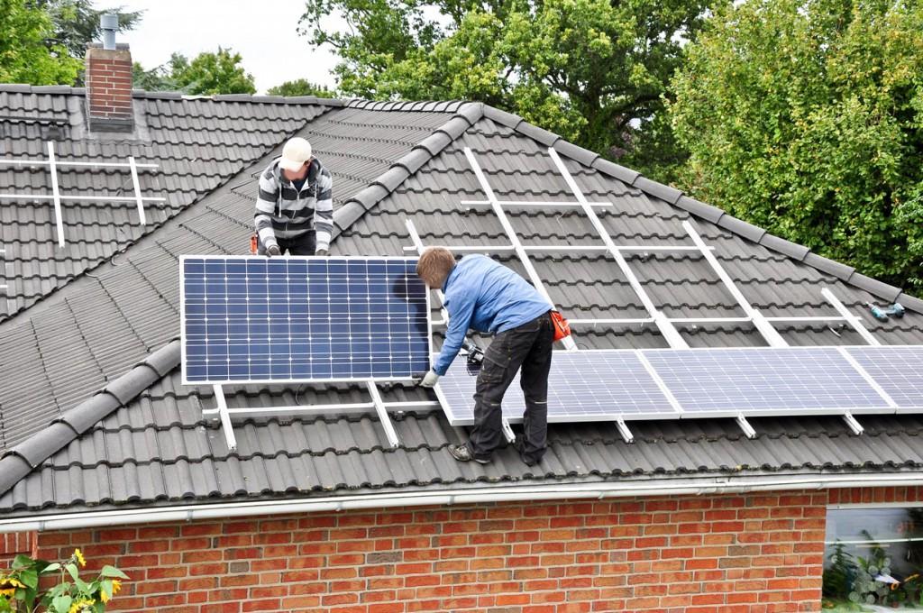 Die Montage von Solarmodulen sollte immer vom Fachmann vorgenommen werden. Bild: fotolia