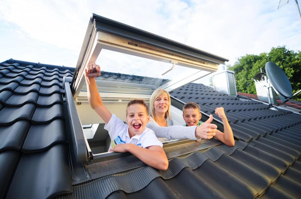 Modernisierungsmaßnahmen helfen den Wert des Eigenheims zu erhalten oder sogar zu steigern. Ein attraktives Verhältnis von Investition und Ertrag bietet der Dachfenstertausch. Bild: fotolia