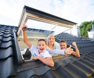 Modernisierungsmaßnahmen helfen den Wert des Eigenheims zu erhalten oder sogar zu steigern. Ein attraktives Verhältnis von Investition und Ertrag bietet der Austausch alter Dachfenster. Bild: fotolia