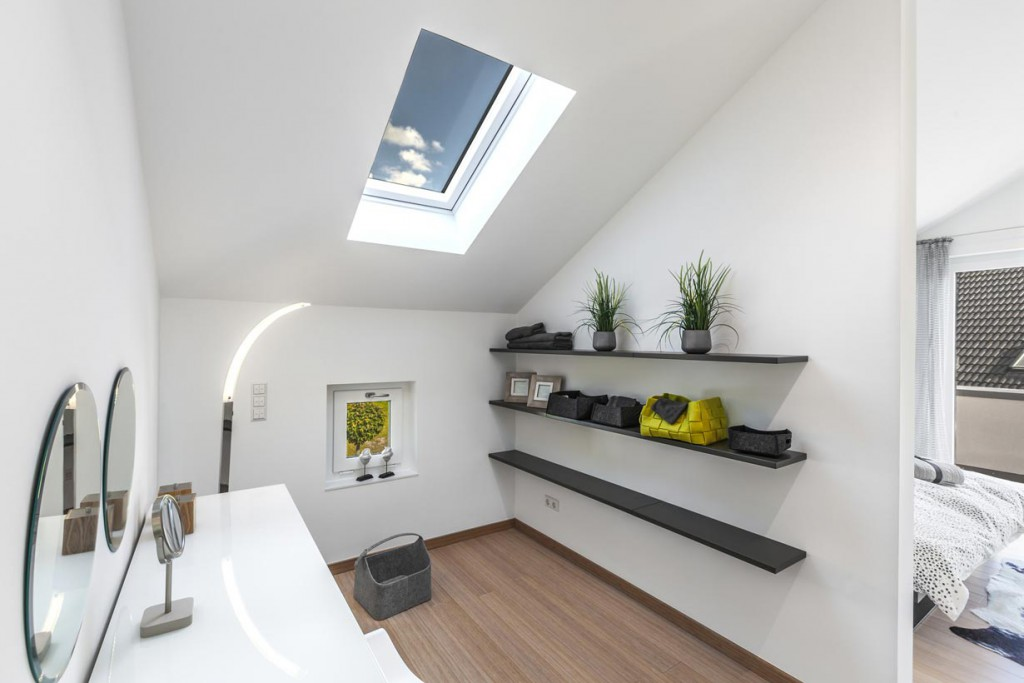 Ist die moderne Dachfenstergeneration eingebaut, ergeben sich zahlreiche Vorteile: die Tageslichtausbeute ist deutlich erhöht, der Einfallswinkel optimiert und der Verlust von Heizwärme wird minimiert. Bild: fotolia