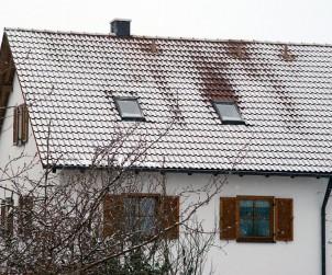 Eine einheitliche weiße Fläche signalisiert: alles bestens. Taut es jedoch an einer Stelle ab, während die restliche Schräge bedeckt bleibt, so ist die Dämmung dort mangelhaft. Bild: hausidee.de
