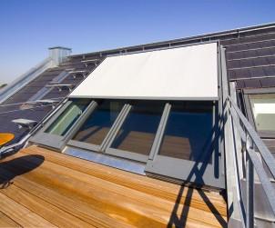 Panorama Dachschiebefenster lassen sich mit Verdunkelungsrollos versehen. Zudem eröffnet es neue Wohnwelten als Ausstieg zu Balkon oder Terrasse. Bild: tdx/Sunshine Wintergarten