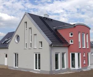 Kein Dachüberstand und eine verblechte Giebelmauer: Eine gute Möglichkeit, um Häuser mit einem Satteldach modern zu gestalten. Bild: hausidee.de
