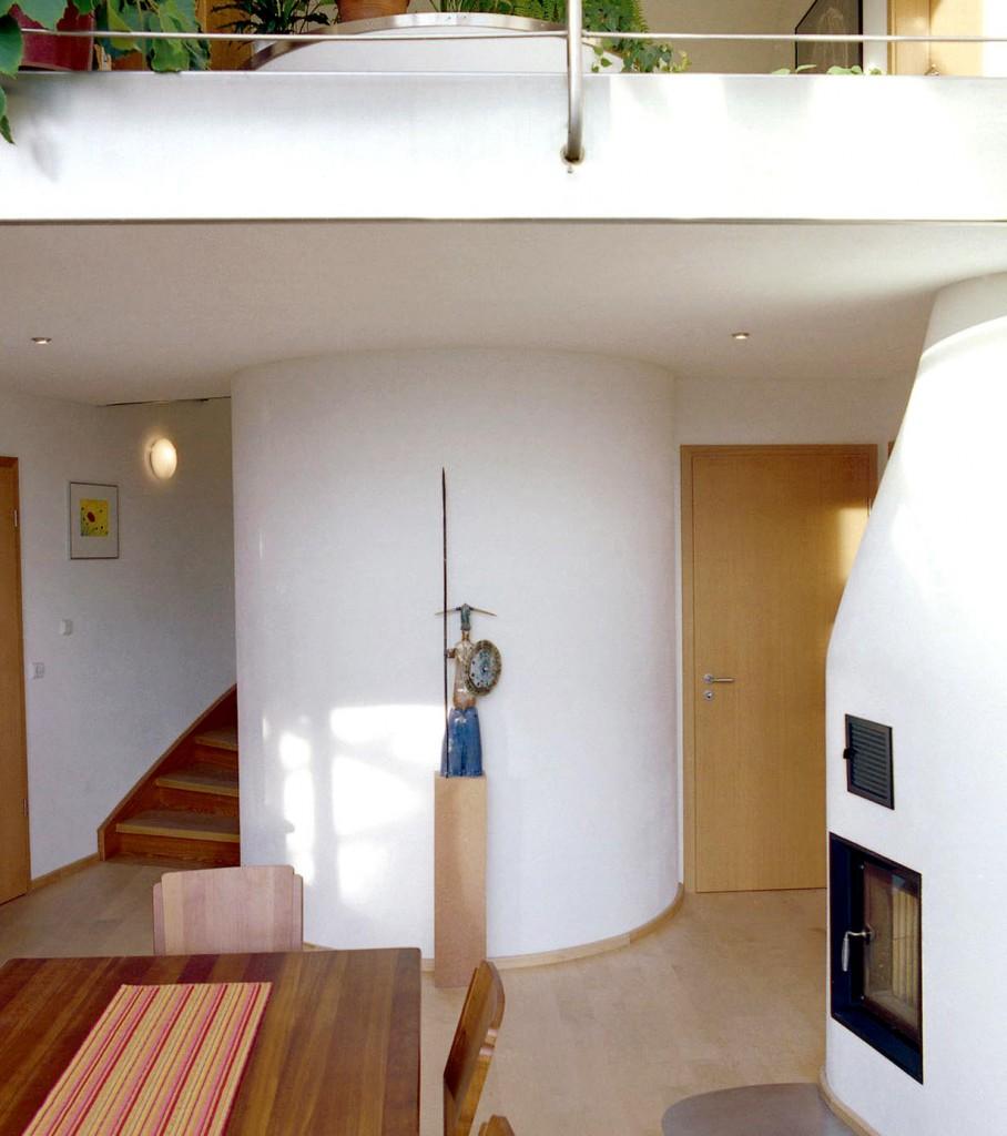 Die Integration des Wasserspeichers in den Wohnraum ist geradezu perfekt gelungen und verleiht dem Wohnbereich eine weitere architektonische Besonderheit. Bild: tdx/Sonnenhaus Institut