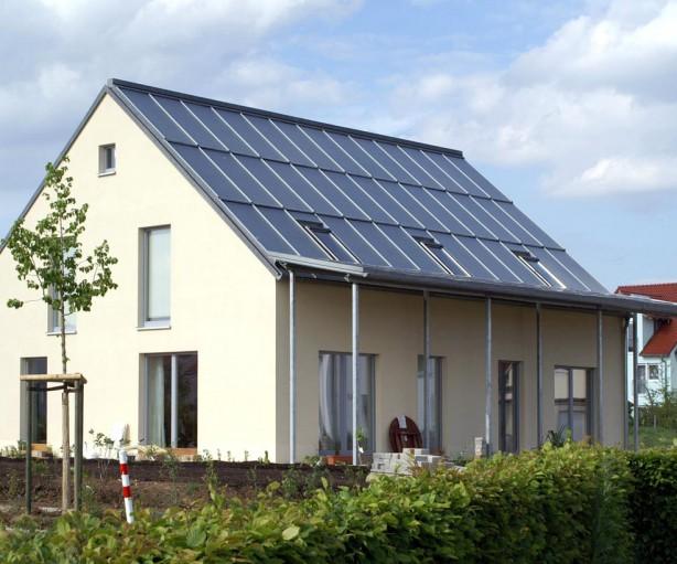 Mitten in Regensburg realisierte Architekt Georg Dasch ein Wohnhaus mit einem solaren Deckungsgrad von 100%. Dieses Sonnenhaus verfügt dank moderner Ziegel über eine hervorragende Wärmedämmung und stellt eine optimale Alternative zum Passivhaus dar. Bild: hausidee.de