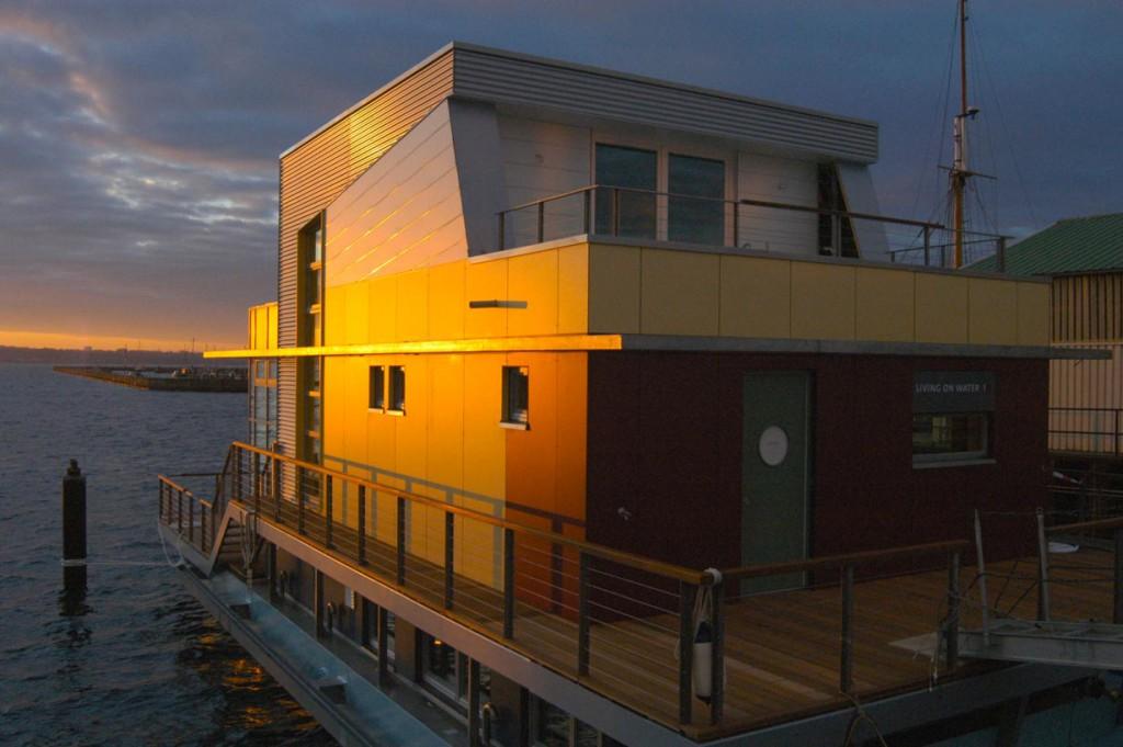 """Das """"schwimmende Hauses"""" wurde im Rahmen des Projektes """"Living on water"""" in einer Kieler Werft unter Aufsicht von Peter Thomas vom Berliner Ingenieurbüro HATI GmbH geplant und gebaut. Bild: tdx/IBU/Wieland"""