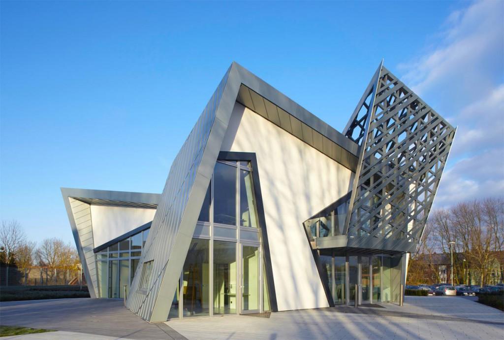 """Spitze und stumpfe Winkel, horizontale und vertikale Flächen in jede Richtung: die """"Libeskind Villa"""" ist wahrlich außergewöhnlich und erinnert den Architekten Daniel Libeskind an einen Diamanten. Bild: tdx/IBU/Rheinzink"""