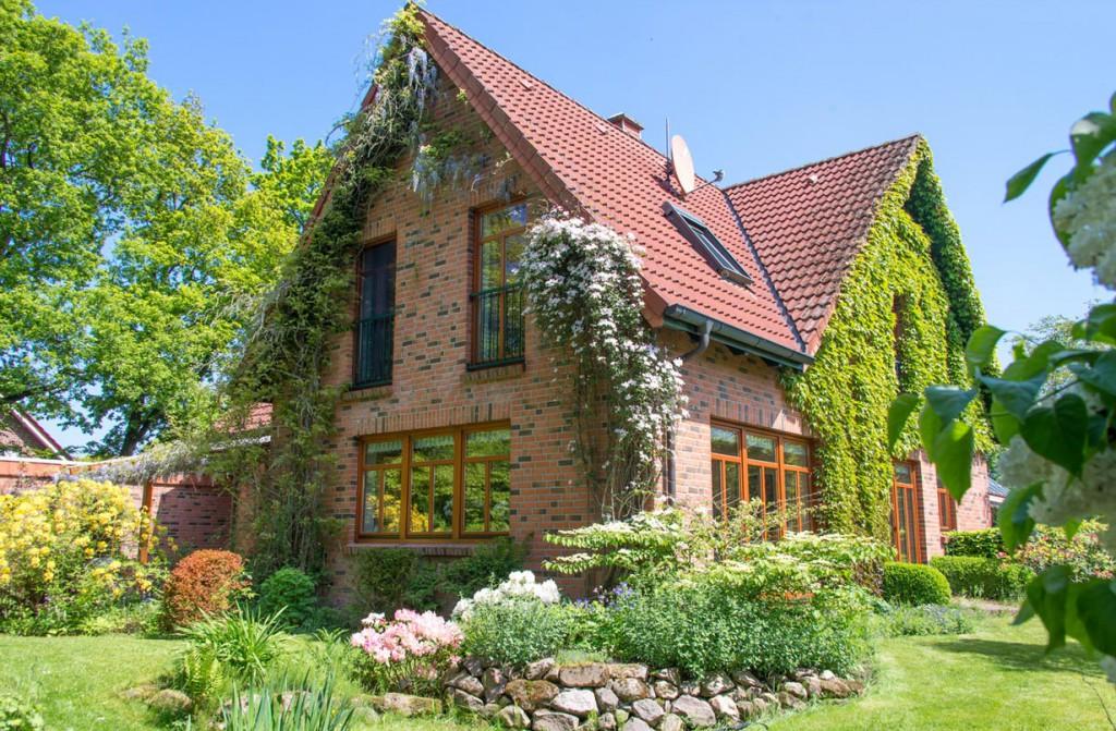 Eine mit Kletterpflanzen begrünte Fassade sieht außergewöhnlich gut aus und bietet Insekten einen Lebensraum. Bild: fotolia