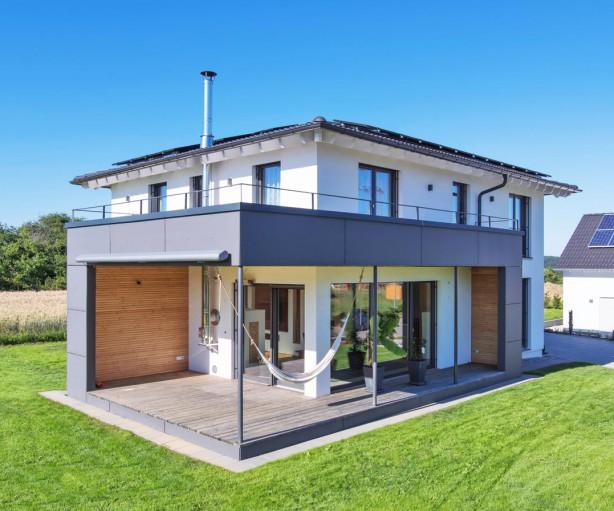 Reichlich Platz für die Familie, ökologisch einwandfrei und eine Architektur, die den Innen- mit dem Außenraum perfekt verknüpft. Das waren die Vorgaben für die Planung des Einfamilienhauses in Dornhan im Schwarzwaldvorland. Bild: Kitzlinger Haus