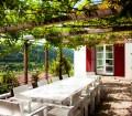 Auf der anderen Seite hat man das Gefühl, in der Toskana zu sitzen – unter einer mit Wein umrankten Pergola und mit Grillen, die im Hintergrund zirpen. Bild: Gira