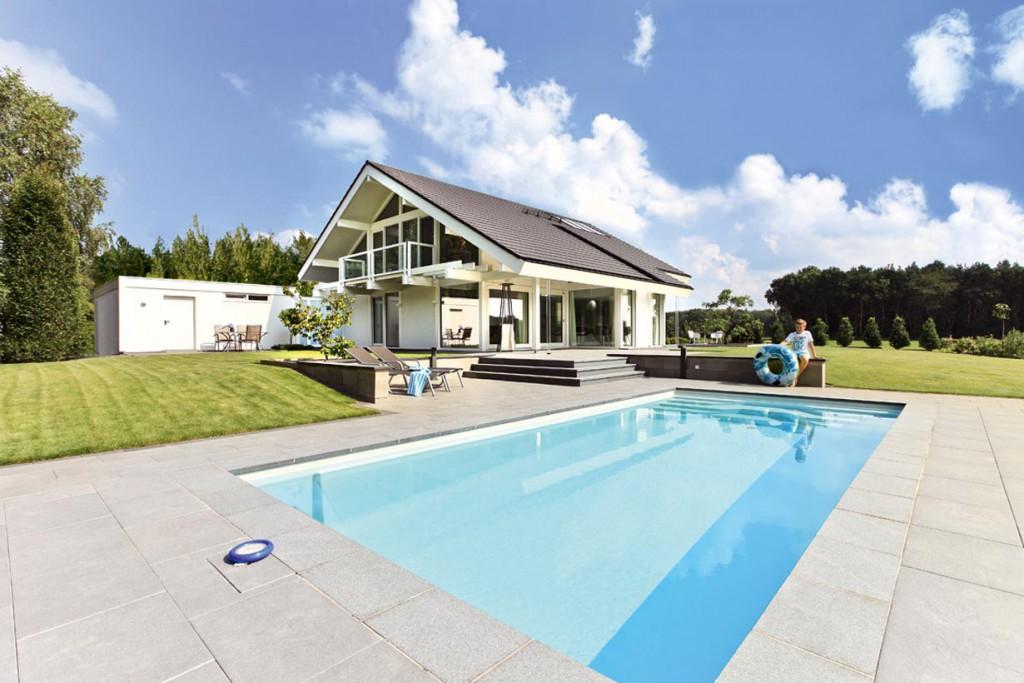 Auf dem großen Grundstück kommen haus und Pool besonders gut zur Geltung. Bild: Davinci Haus