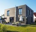 Nichts für graue Mäuse - das Ökohaus in Quaderform mit einer anthrazitfarbenen Fassade. Bild: Kitzlinger Haus