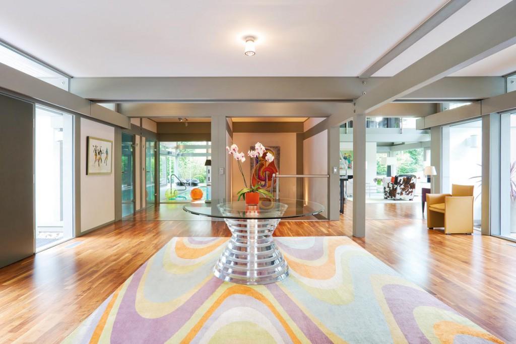 Lichtdurchflutet präsentiert sich der großzügige Wohnbereich im Erdgeschoß. Bild: Huf Haus