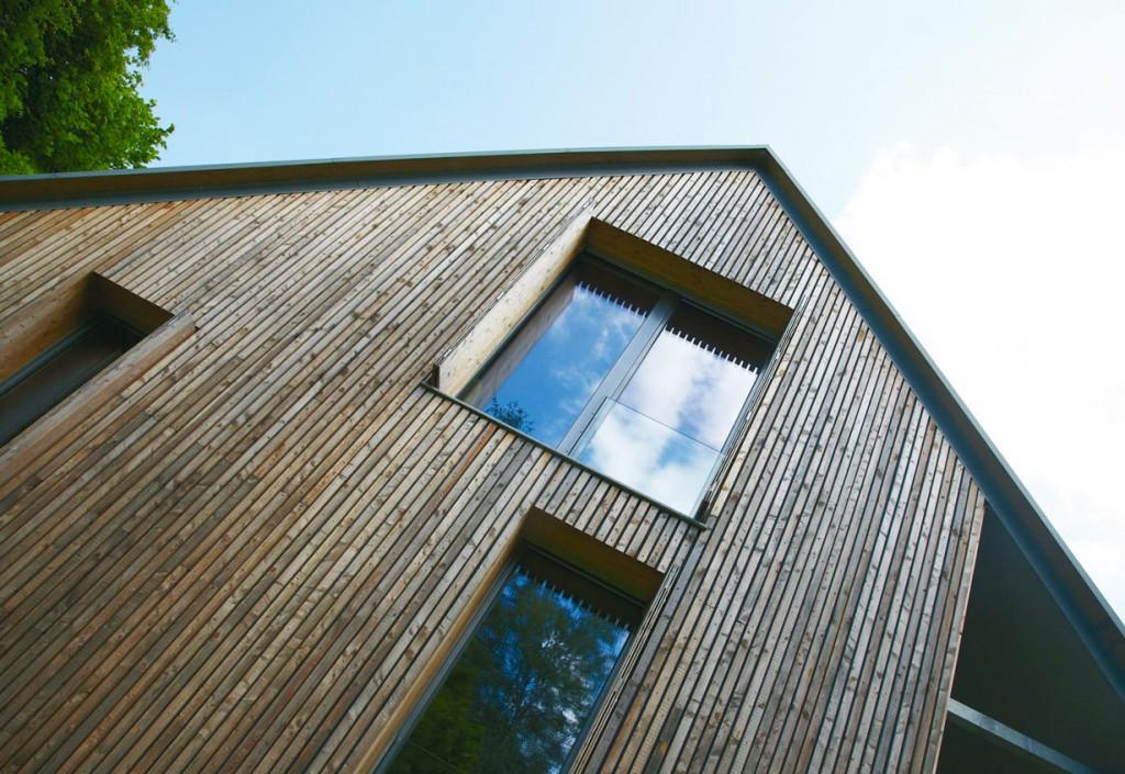 Hinter der Holzfassade verbirgt sich ein durchdachtes Belüftungssystem, das auf Basis einer doppelten Ziegelwand konstruiert wurde. Bild: tdx/Mein Ziegelhaus