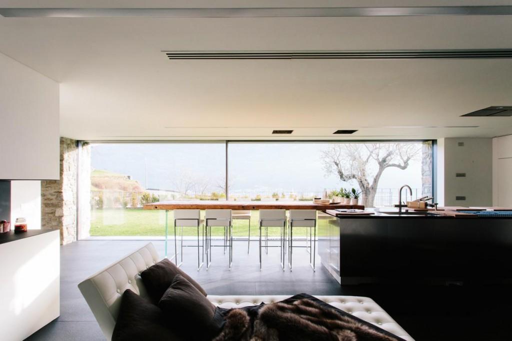Küche, Ess- und Wohnbereich sind nach dem Wunsch des Bauherrn als eine zusammenhängende Nutzungszone ausgebildet. Bild: Andrea Puliogotto