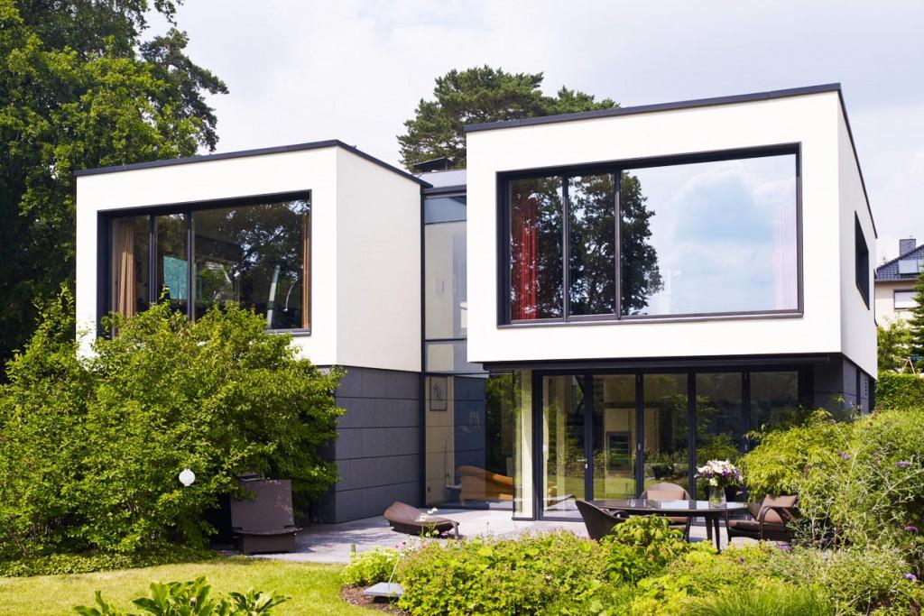 Der Entwurf ist geprägt von dem Bauherrenwunsch, das Gebäude zur Seeseite maximal zu öffnen. Dazu tragen die großflächigen Schüco Fenster- und Fassadensysteme mit filigranen Profilansichten bei. Bild: Schüco