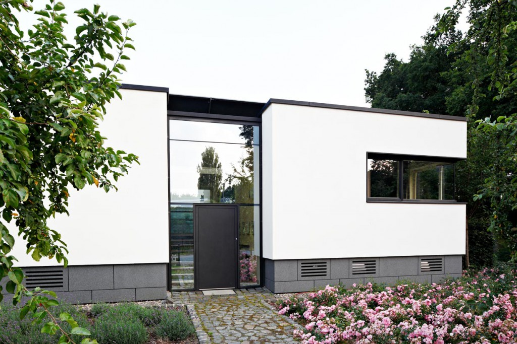Zur Straße hin ist das Gebäude deutlich geschlossener ausgeführt. Die Fensterbänder laufen über Eck und sind mit Ganzglasecken ausgeführt. Bild: Schüco