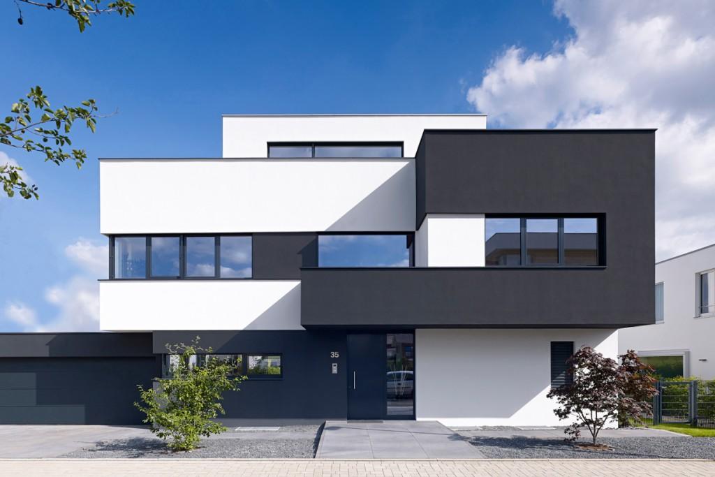 Privates Wohnhaus am Stadtrand von Köln: Skulpturale Architektur, bei der sich einzelne Raumelemente aus einem Basisquader entwickeln. Bild: Schüco