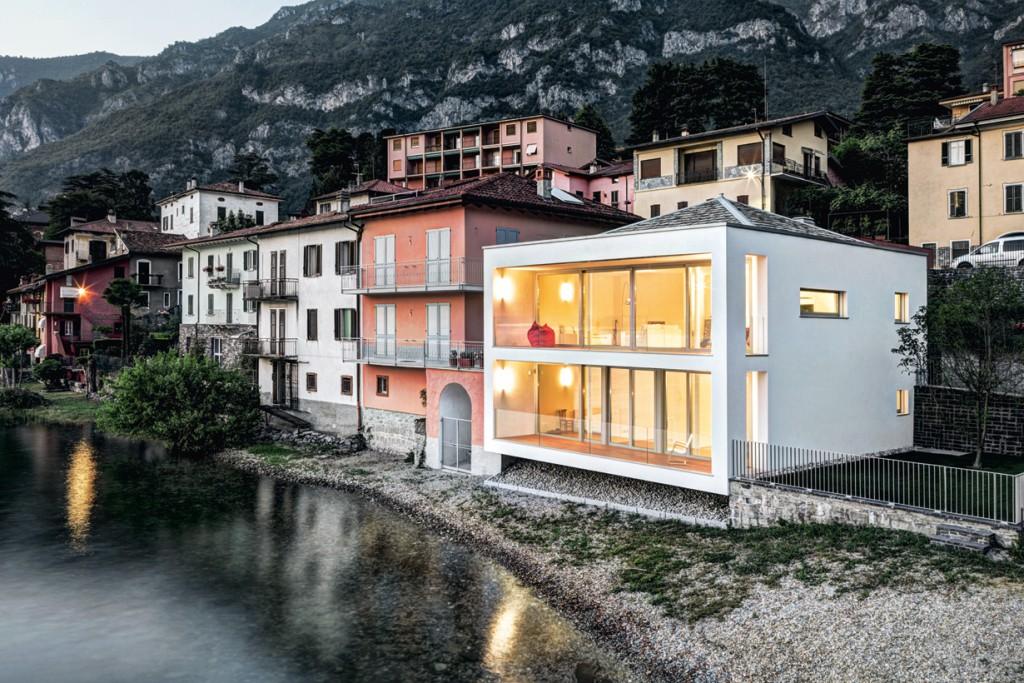 Architekt Cesare Sala legte großen Wert auf die harmonische Integration in die Seeansicht der ufernahen Gebäudezeile. Das Zeltdach zitiert eine für die Region typische Dachform und ist in grauem Gneis gedeckt.: Bild: Marcello Mariana
