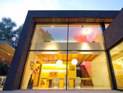 Filigrane Profile - großflächige, ungeteilte Verglasungen: Für Lichteinfall auf beide Ebenen sorgt eine Vorhangfassade. Bild: Schüco