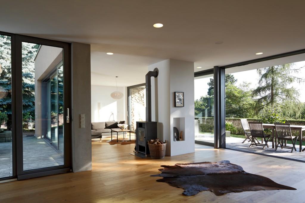 Der Wohnraum ist nahezu vollständig durch transparente, öffenbare Systeme definiert. Nordost- und Südwest-Seite lassen sich durch die Schiebetüren variabel öffnen. Bild: Schüco