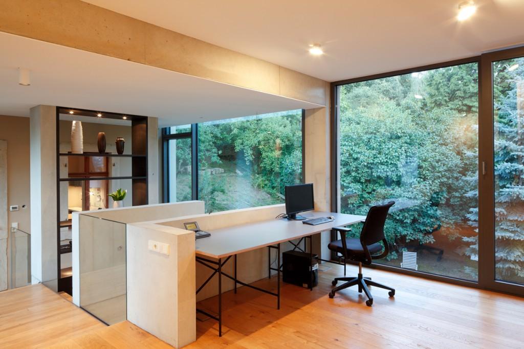 Die Glasfuge zwischen Altbau und Neubau dient als lichte und offene Erschließungszone. Bild: Schüco