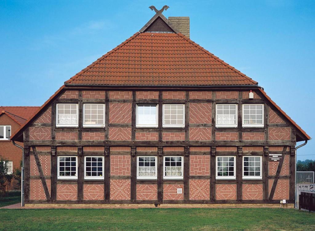Mit Liebe zum Detail gestalten viele Bauherren heute wieder neue Fachwerkhäuser, die zum Blickfang werden. Bild: Wienerberger Ziegelindustrie