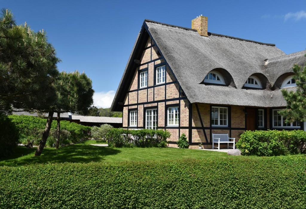 Das Fachwerkhaus hat sich einst aus der einfachen Pfostenbauweise entwickelt. Heute ist es ein echter Hinkucker in Wohngebieten. Die Reeteindeckung mit Fledermausgauben sind bemerkenswert. Bild: fotolia