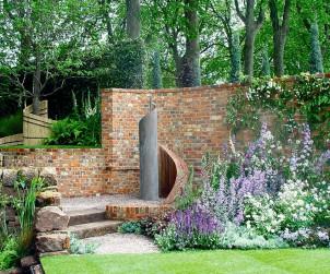 Wege, Treppen, Mauern und Sitzplätze werden befestigt und bilden die Konstante, die den Garten nutzbar macht. Bild: BGL