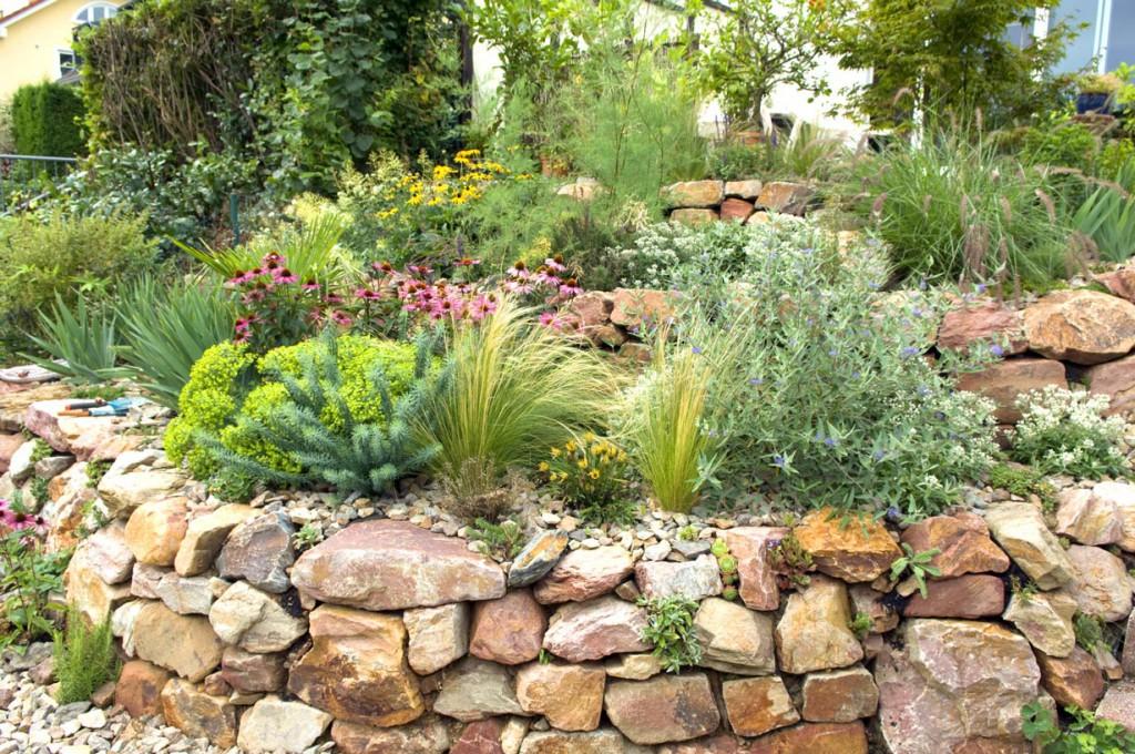 Trockenmauern aus Naturstein haben ihren besonderen Reiz. Bild: fotolia