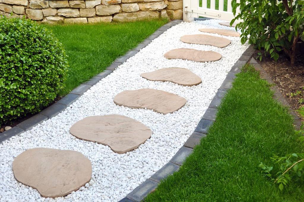 Bei diesem Gartenweg wurden Natursteine und Betonsteine gelungen kombiniert. Bild: fotolia