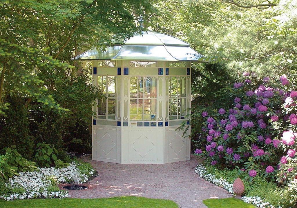 Ein geschlossener Pavillon hat den Vorteil, dass man unabhängig von den Wetterverhältnissen im Garten entspannen kann. Besonders ins Auge fallen dabei fein ausgearbeitete Fensterscheiben. Bild: tdx/Garten & Design
