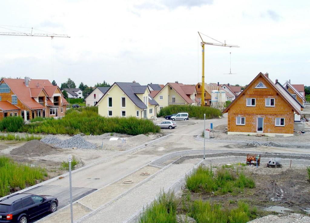 Wer sind die Nachbarn? Auch das Wohnumfeld ist neben dem finanziellen Aspekt ein entscheidender Faktor, wenn man einen Bauplatz kauft. Bild: hausidee.de