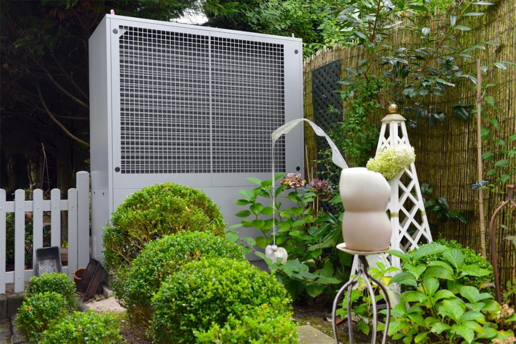 Mit einer Wärmepumpe lässt sich die natürliche Wärme der Umgebung nutzen, um das Eigenheim kostengünstig zu beheizen. Dabei können Luft, Wasser und Erde als Wärmespender dienen. Bild: tdx/Bundesverband Wärmepumpe (BWP)