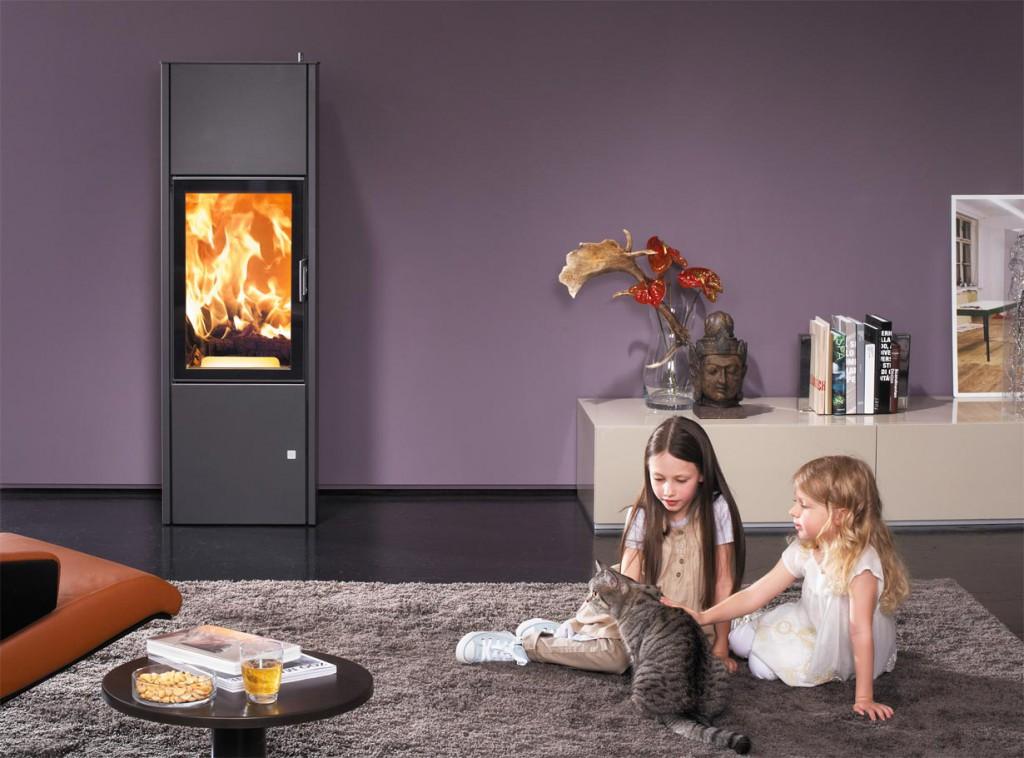 Ein Kaminofen sorgt für wohlige Wärme und Behaglichkeit in den eigenen vier Wänden. Mit einem Wärmespeicher lässt sich die erzeugte Wärmeenergie noch effektiver nutzen. Bild: tdx/Austroflamm