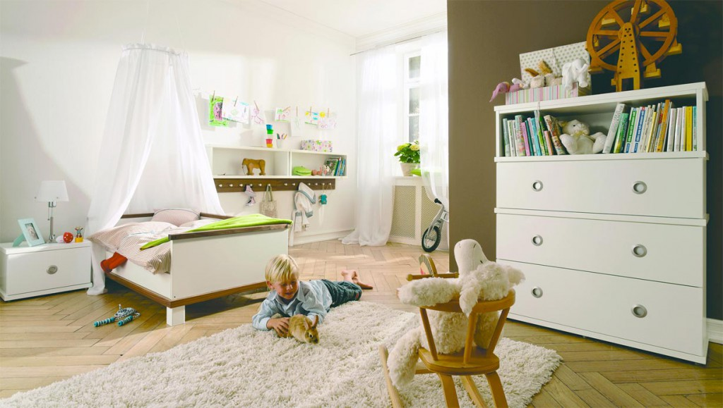 """Eltern fragen heutzutage nach """"mitwachsenden"""" Möbelkonzepten: So verwandelt sich das einstige Kinderbettchen oftmals in ein schönes Kleinsofa. Bild: tdx/Hülsta"""