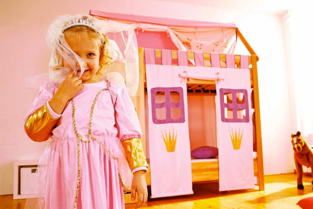 Wenn Hochbetten zu Spielgeräten werden – etwa wie hier als Märchenschloss – gilt für die Sicherheit der Kleinen eine Faustregel: Die Brüstung des Bettes sollte so hoch sein, dass das Kind im Sitzen nicht darüber kippen kann. Bildquelle: tdx/Kettler